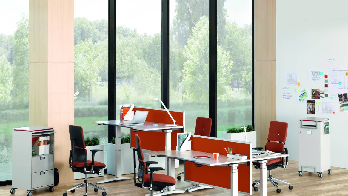 open space work environment with desks and task chairs - Pantalla Partito