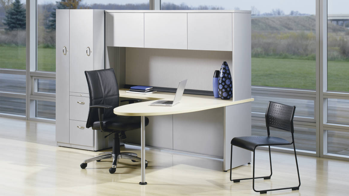 Kick Freestanding workstation with peninsula work surface