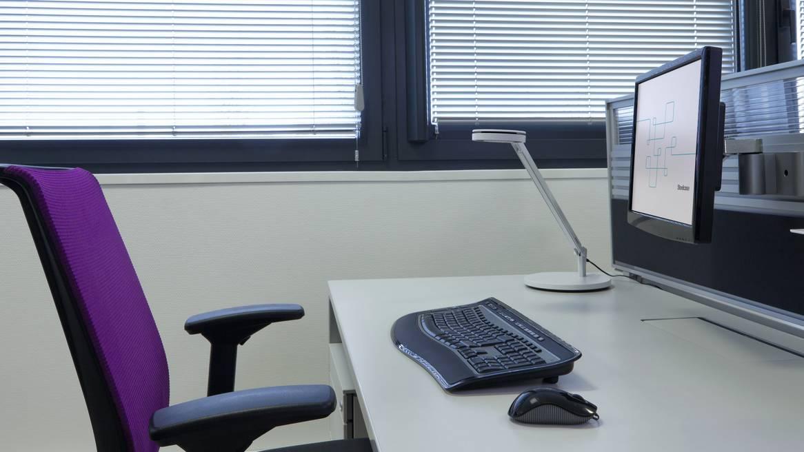 Fixation rail orientable pour écran plat