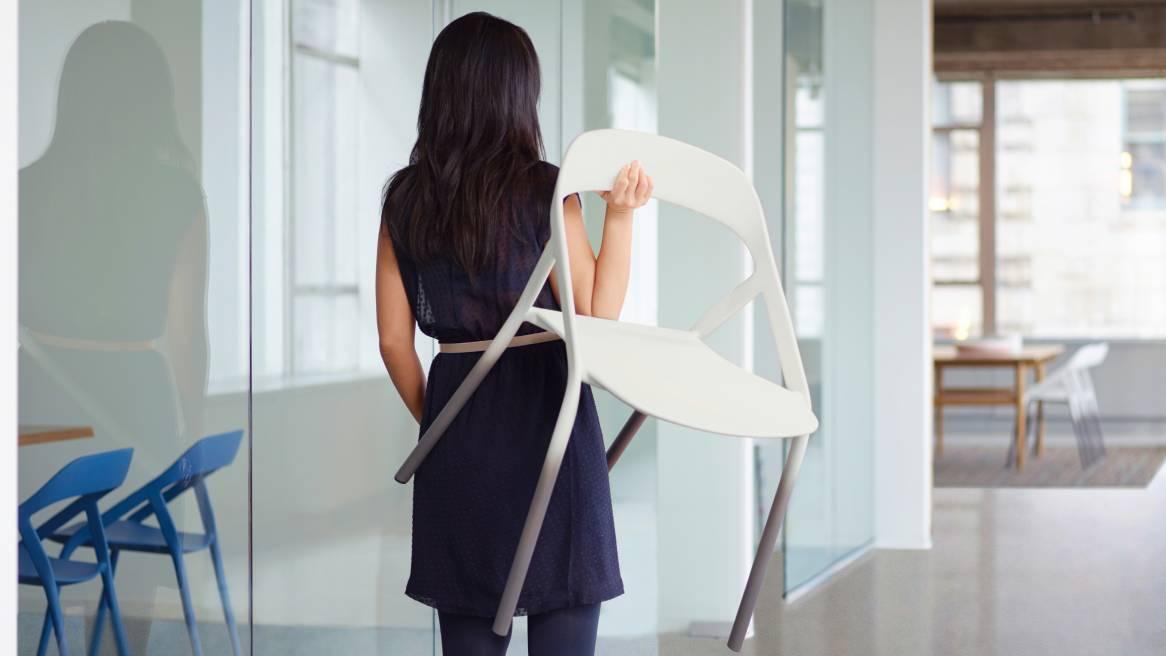 Con su diseño moderno y su paleta de color personalizable, la silla de fibra de carbono