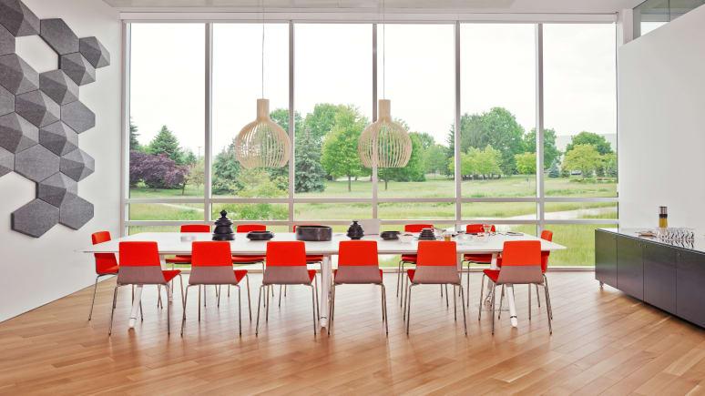 Montara650 chairs around a white Potrero415 Table