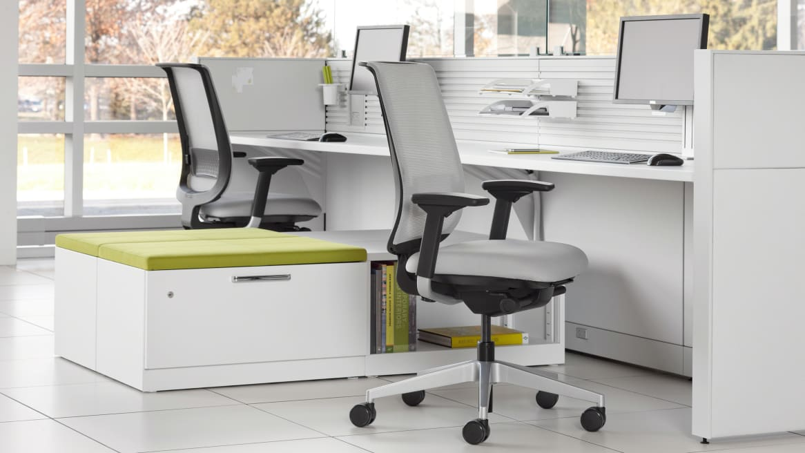 Universal Storage between two desks with Reply office chairs